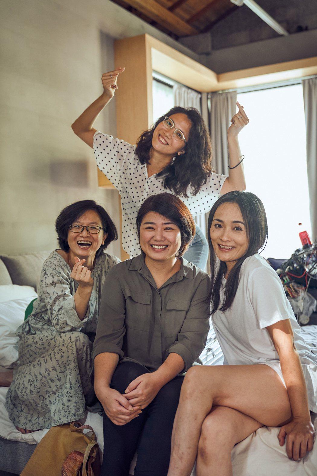 徐堰鈴(右起)、徐麗雯合作「光的孩子」,拍攝期間嚴藝文、謝瓊煖探班。圖/客家電視...
