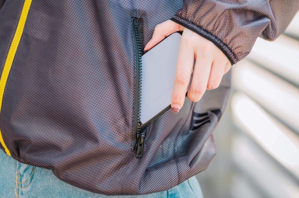 雙側拉鍊式口袋防止隨身物品掉落,袖口及下擺特別以彈性棉質滾邊,穿著舒適無束縛感。...