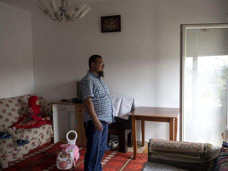 51歲的新疆維吾爾人卡西姆,曾被美軍視為恐怖分子而被關進古巴關達那摩監獄4年,獲釋後被美方安置到阿爾巴尼亞,至今已15年。圖/取自紐約時報