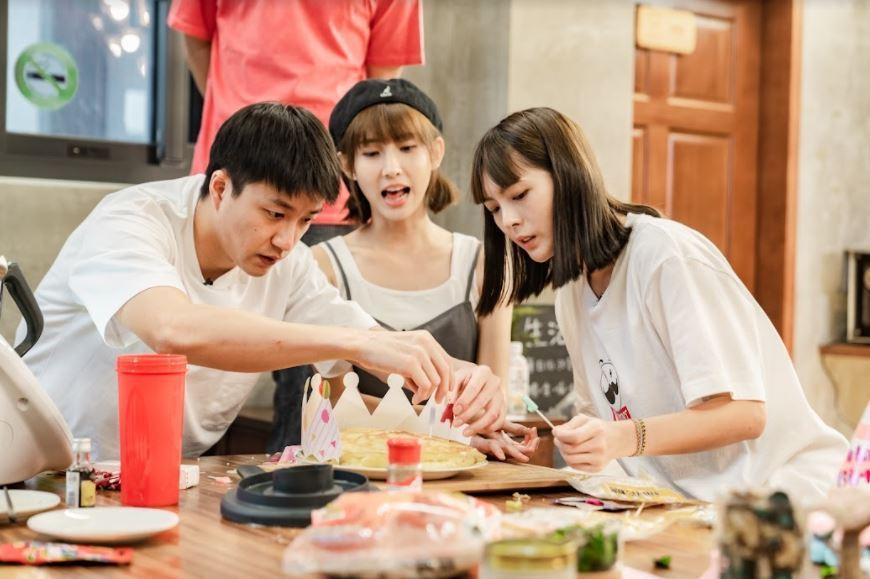 小豬(右起)、粿粿幫忙江宏傑裝飾蛋糕。圖/好看娛樂提供