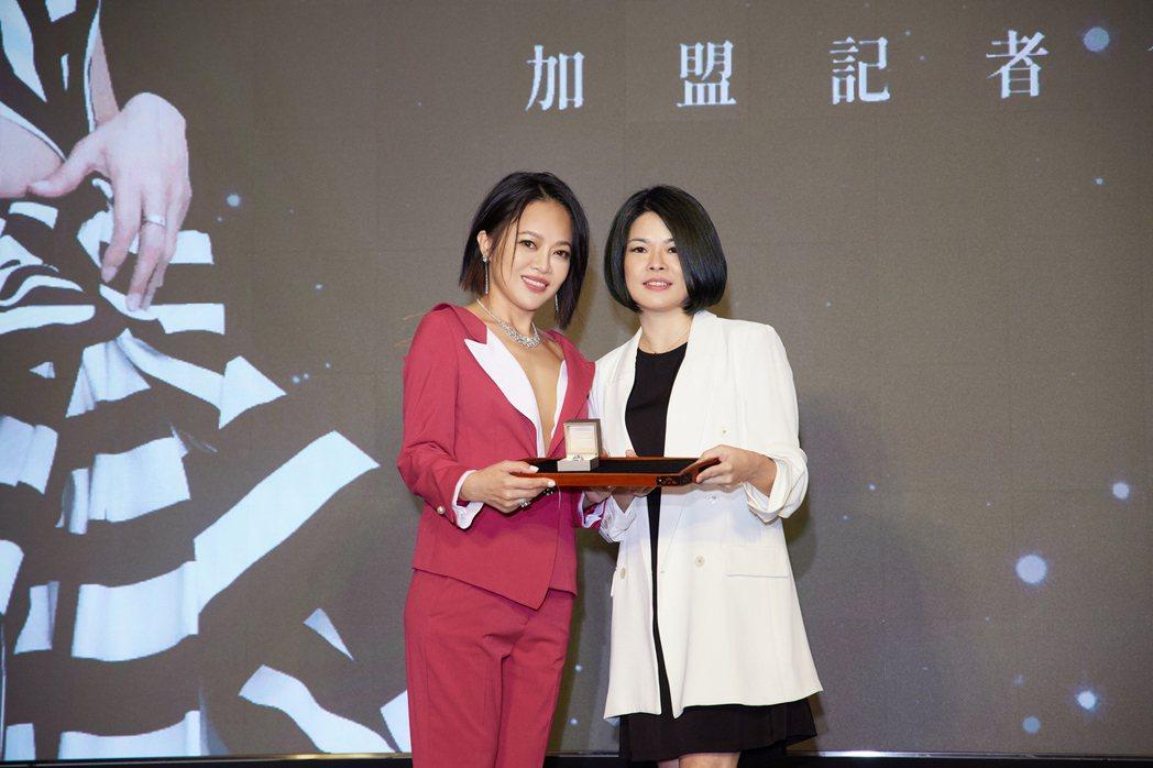 戴愛玲(左)開心收下華納音樂董事總經理周純如的禮物。圖/華納音樂提供