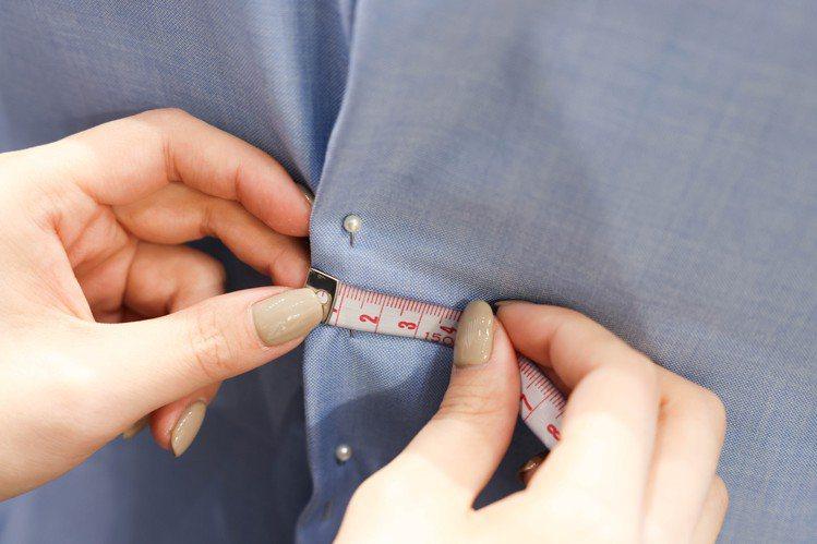 最後進行袖長、衣長和褲長等丈量。記者吳致碩/攝影