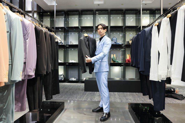 時尚模特兒Jun體驗套版訂製流程。記者吳致碩/攝影