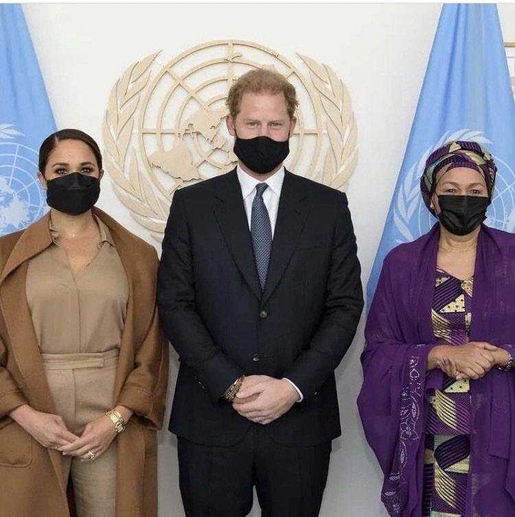 梅根配戴卡地亞黃K金法國坦克腕表與聯合國副秘書Amina J. Mohammed...