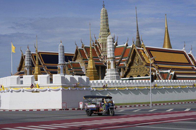 平常擠滿觀光客的泰國曼谷大皇宮,難得出現人車稀少的景象。美聯社