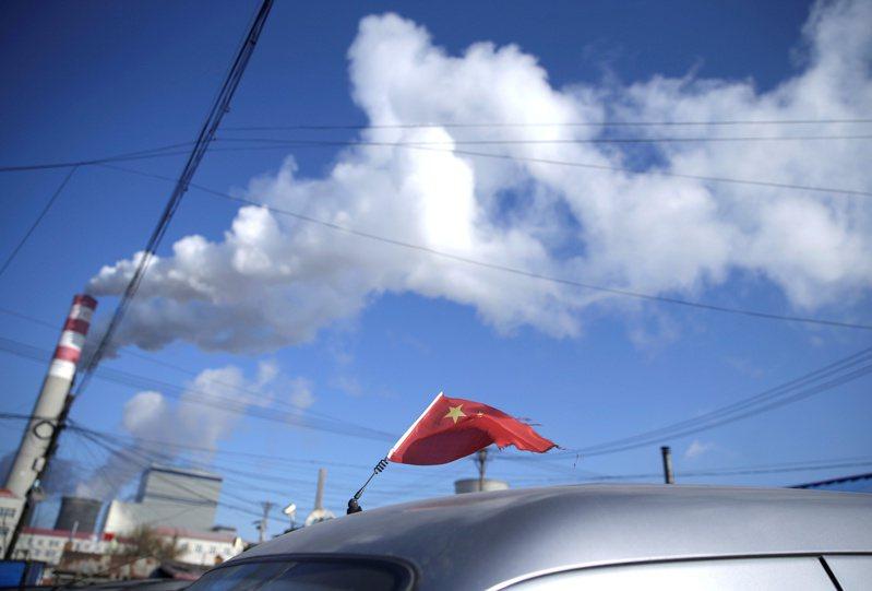 大陸許多省份近來實施「拉閘限電」,一方面是配合政府減碳目標,同時也是燃煤價格飆漲導致的逼不得已。  路透