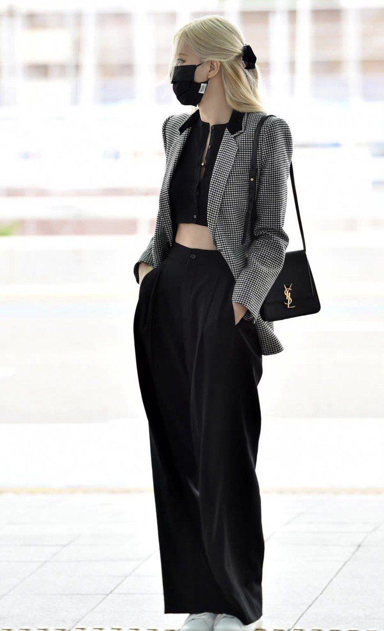 ROSE在仁川機場這身服裝是以Saint Laurent秋季黑白千鳥格紋西裝外套...
