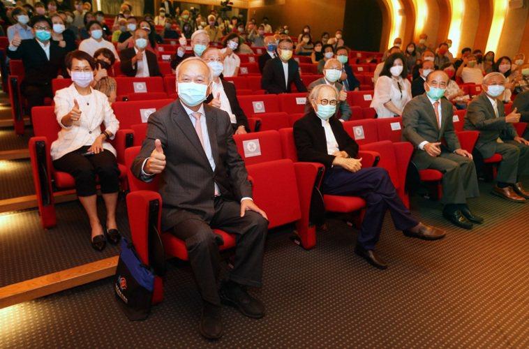 陳肇隆(前左一)舉行簽書會,立法院前院長王金平(前左三)等醫界、政界人士參與。記...