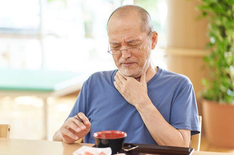 隨著年齡增長,吞嚥能力會慢慢退化。圖╱123RF
