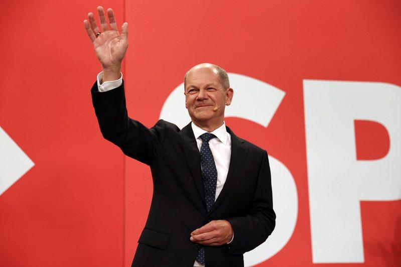 德國國會大選得票最多的社會民主黨總理候選人蕭茲,26日在柏林社民黨總部向支持者揮手致意。(歐新社)