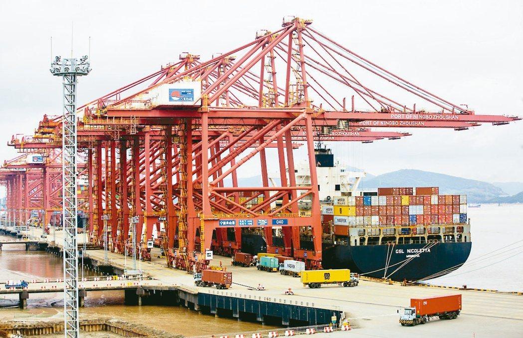 中國大陸往美西的海運價格下跌。圖為寧波港。(新華社)