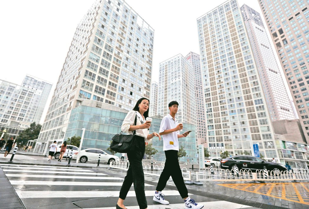 金管會主委黃天牧昨日對中國大陸經濟情況示警,大型行庫已超前部署、近一年來對陸曝險...