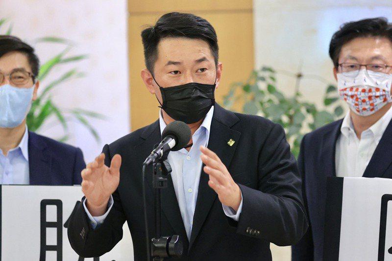 立法院本會期起試辦口譯服務,台灣基進立委陳柏惟(圖)使用台語質詢。記者林伯東/攝影