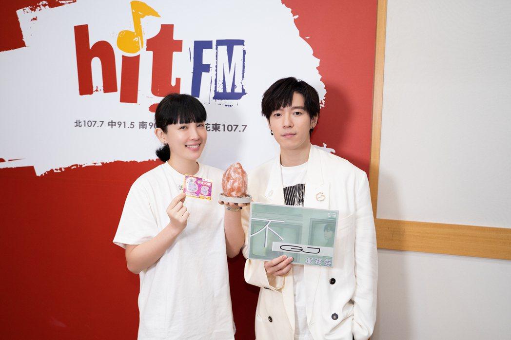 蔣卓嘉(右)請到魏如萱跨刀合唱。圖/Hit Fm提供