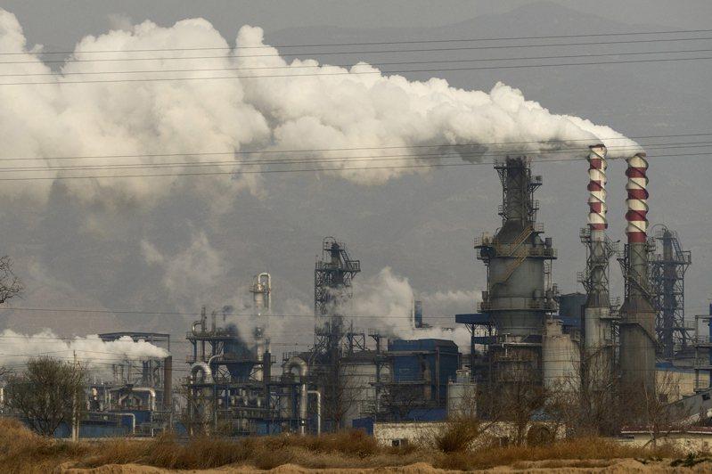 大陸官方持續執行「能耗雙控」政策,圖為山西的火力發電廠。美聯社