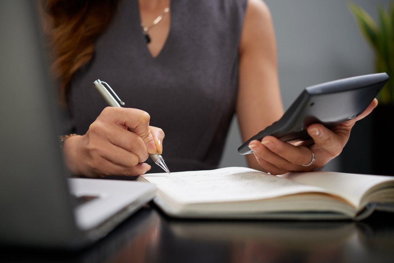 為了清楚估算出退休後日常生活所需開銷,「記帳」是必要的。 圖/freepik