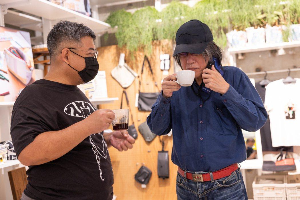 詹宏志(右)與陳志煌日前在500案內所舉行的「週三讀書會的Coffee Hour...