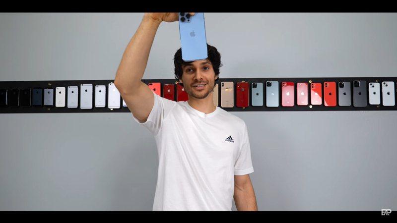 YouTube頻道「EverythingApplePro E A P」將iPhone 13 Pro系列做高度摔落測試。(翻攝自YouTube頻道「EverythingApplePro E A P」)