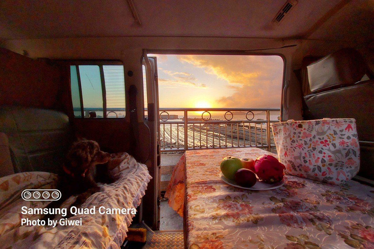 車友將老車做了一番整理後,開著車到基隆望海港海景第一排,打開門窗就能看見彩霞滿天...