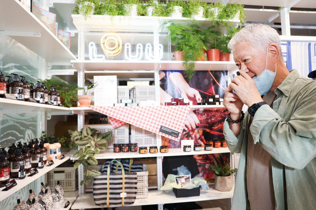 蔣勳一一瀏覽選品,並了解每位年輕創業者的故事與品牌精神,包含茶籽堂的苦茶油故事。...