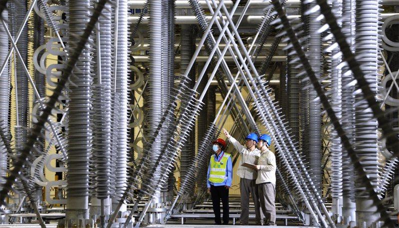 大陸國家電網北京電力公司強調供應充足。圖為大陸國家電網北京市電力公司延慶換流站員工在檢查輸變電設備。新華社