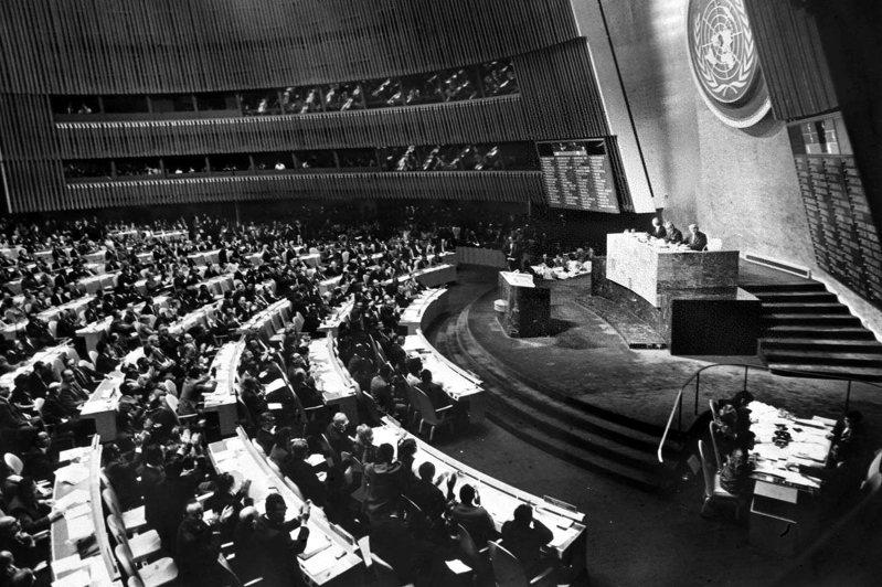1971年中華民國退出聯合國前夕,當時台北當局已經妥協,接受中國雙重代表權模式,但後因蔣中正在意的安理會席次無法保住,才決定退出。圖為當年聯合國大會場景。新華社