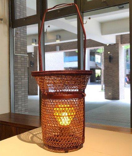 黃啟祥作品「雨絲」加入燈光,增加作品實用性,呈現竹材的溫潤質感。 中原大學/提供