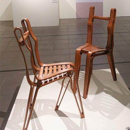 劉興澤作品「少女們的時間」以兩張椅子的造型展現人體之美。 中原大學/提供