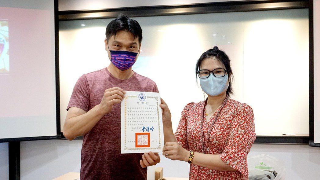 東南科大原資中心主任郭明珍(左)頒贈感謝狀予講師。 東南科大/提供