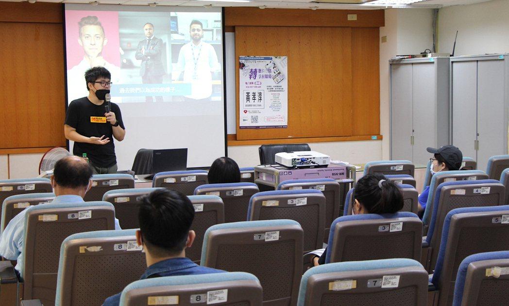 講師鼓勵學員建立自我品牌,來幫助面試、求職競爭力。 屏東就業中心/提供。