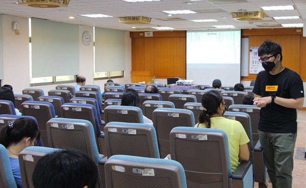 講師針對學員的問題,提供經驗分享。 屏東就業中心/提供。