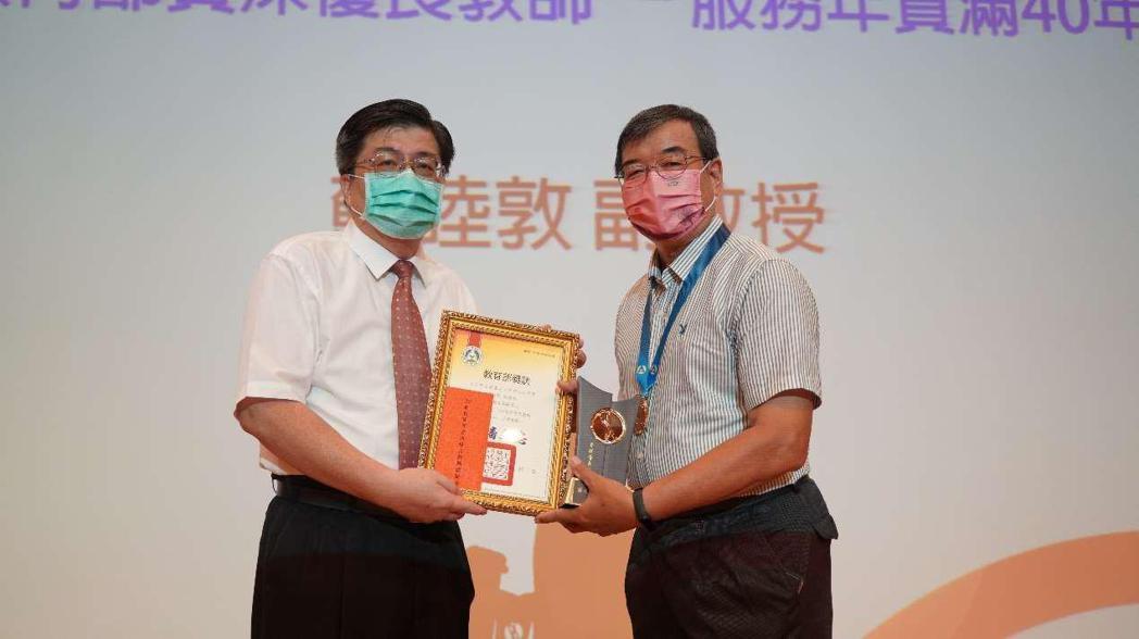 東方設計大學葉榮椿校長頒獎授予資深優良教師蘇睦敦副教授。學校/提供。