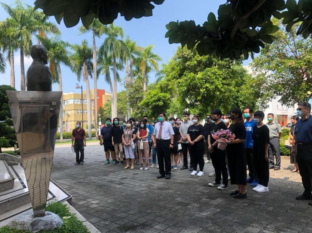 東方設計大學葉榮椿校長帶領師生們向創辦人許國雄博士銅像獻花致敬。學校/提供。