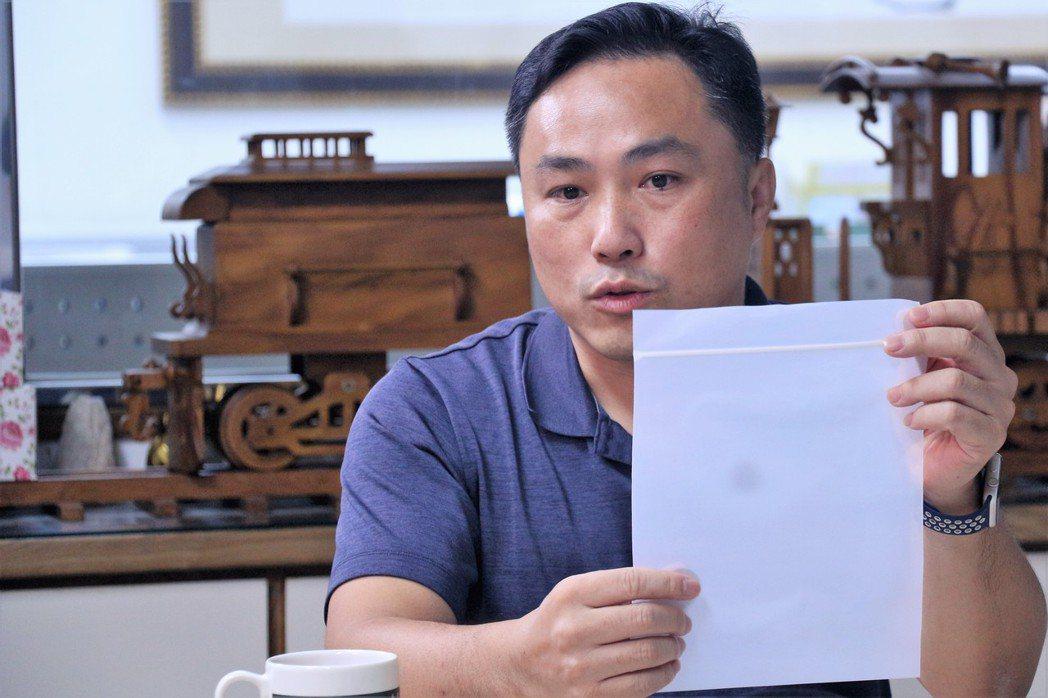 陳佳樑經理介紹環保材質所製造之袋子。 聯經數位卓建源/攝影