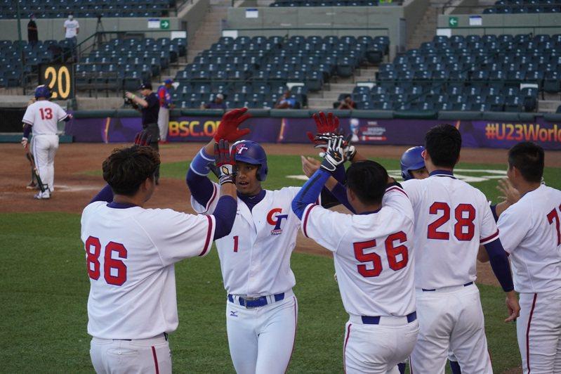 U23世界盃棒球賽台灣代表隊28日與多明尼加交手,邱辰(左2)6局敲出2分砲,為台灣此次賽會首轟,開心與隊友擊掌。 圖/中華民國棒球協會提供