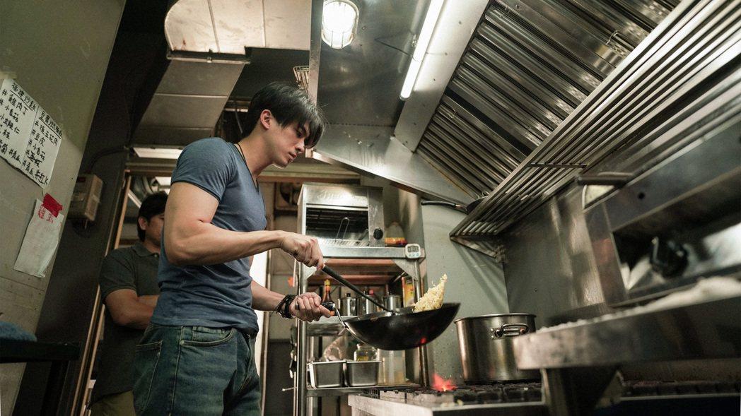 林哲熹為角色自行安排老師學習做菜、去熱炒店實習打工。圖/電影《青春弒戀》提供