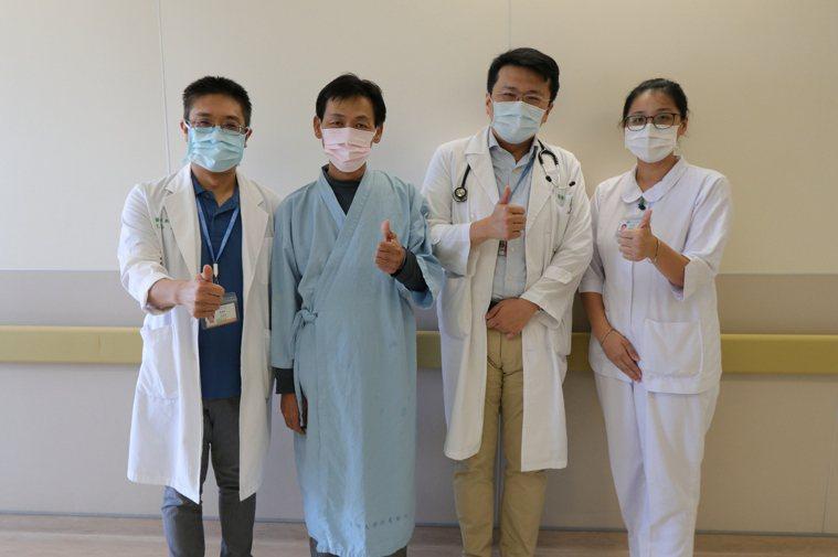 獲救司機(左二)與心臟血管外科主任劉殷佐和醫師江國峰(右二)合影。圖/亞洲大學附...
