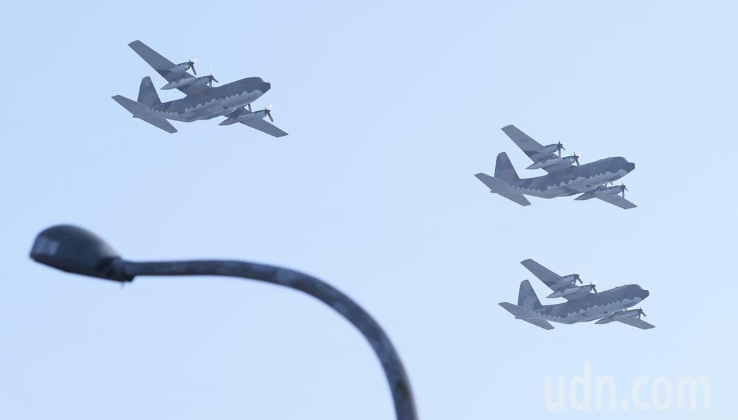 C-130飛越台北上空。記者侯永全/攝影