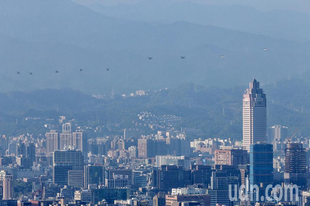 慶祝110年國慶,國軍今天舉行半兵力預演,各式戰機飛越總統府上空,在天觀機觀測天...