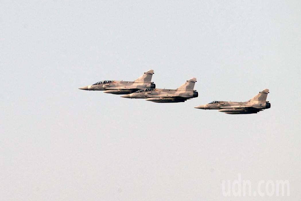 國軍上午進行國慶日空中半兵力預演,各式戰機飛越總統府上空,將分為「國旗機梯隊」、...