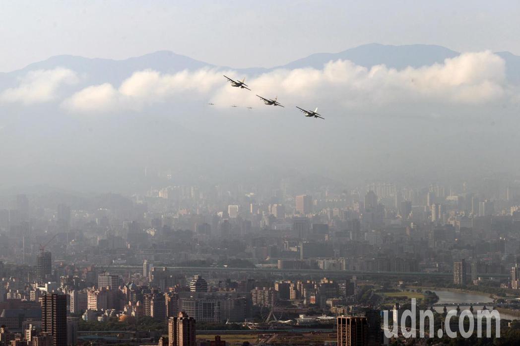 國軍上午進行國慶日空中半兵力預演,各式戰機飛越總統府上空,分為「國旗機梯隊」、「...