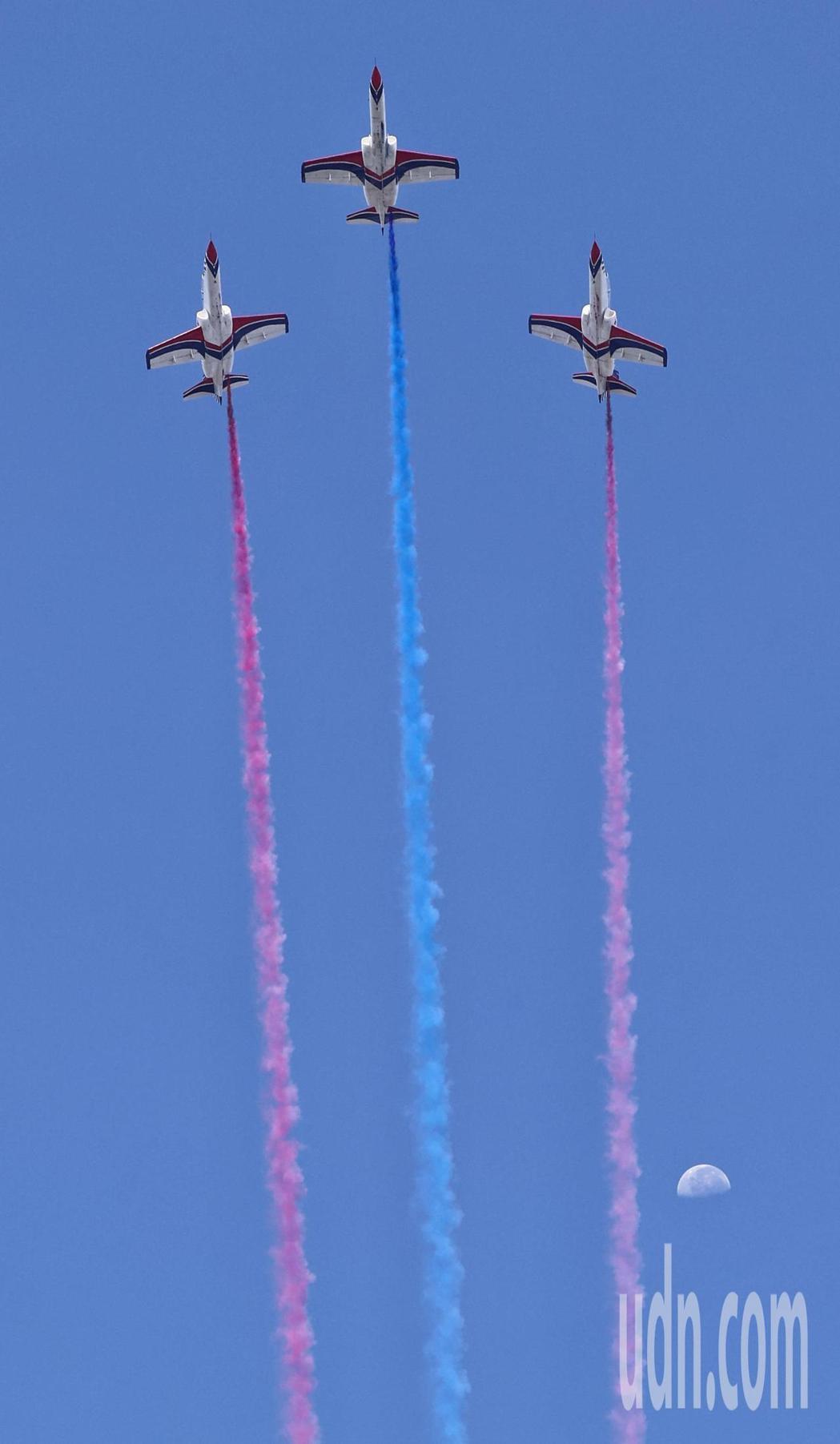 空軍雷虎特技小組彩色煙霧畫過藍天及月亮。記者侯永全/攝影