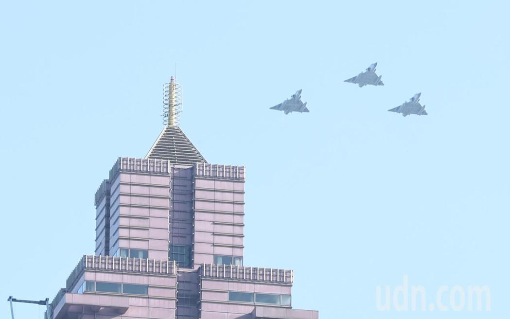 幻象2000戰機飛過台北車站前的新光大樓上空。記者侯永全/攝影