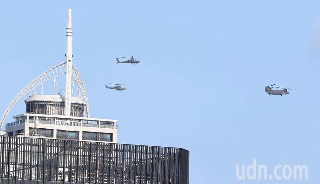 陸軍直升機群飛越台北上空。記者侯永全/攝影