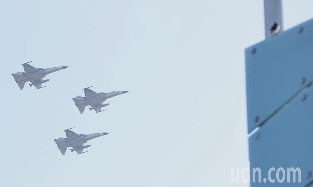 110年國慶大會表演團體彩排一早在總統府前進行半兵力演練,IDF戰機飛越台北上空...