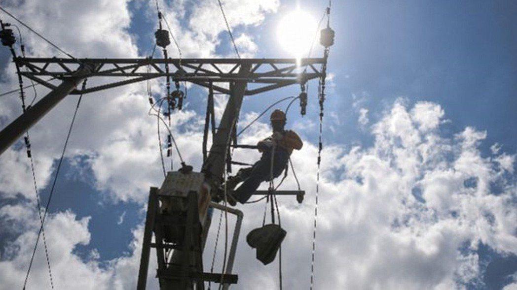 廣西欽州供電段一名工人在檢修線路。 新華社