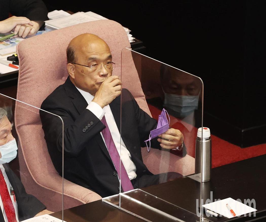 行政院長蘇貞昌今天上午前往立法院進行施政報告,面對藍藍立委在場內混戰,蘇貞昌無奈...