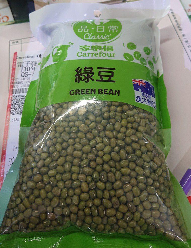 家樂福重慶店販售的綠豆被抽驗農藥超標。圖/北市衛生局提供
