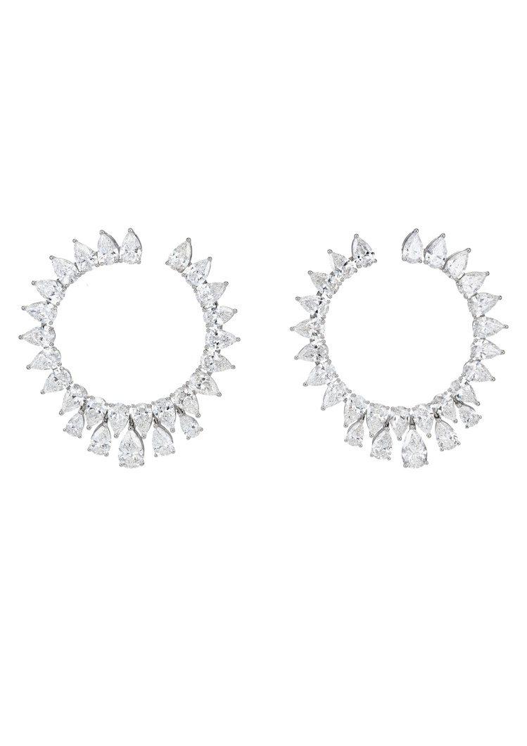 Green Carpet系列耳環,18K道德金白金鑲嵌14克拉梨形鑽石。所有鑽石...
