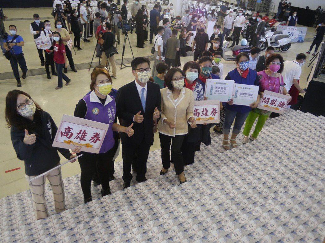 高雄市府準備總價值5億元的高雄券樣本呈現在記者會場。記者徐白櫻/攝影